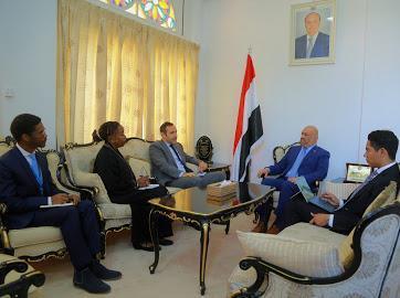 وزير الخارجية يناقش مع مسؤول أممي الاليات المناسبة لوصول المساعدات للمحتاجين
