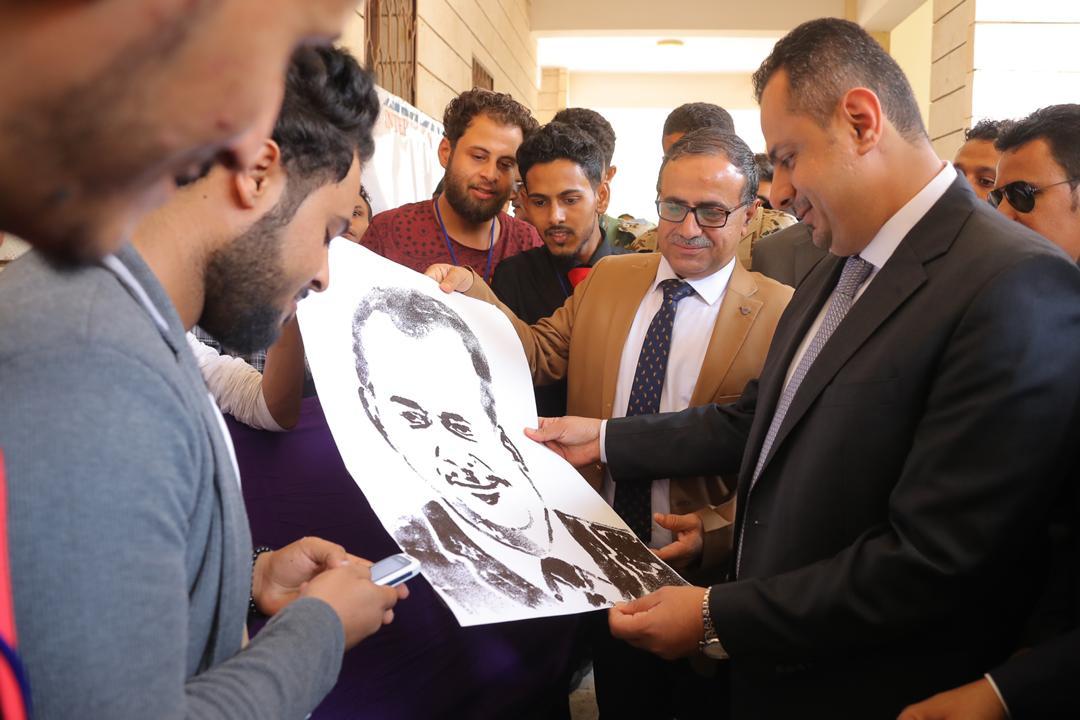 رئيس مجلس الوزراء يزور المعرض المعماري والفنون التشكيلية بجامعة عدن