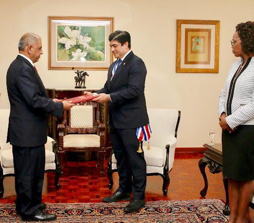 ناشر يقدم لرئيس كوستاريكا أوراق اعتماده سفيراً غير مقيم لليمن
