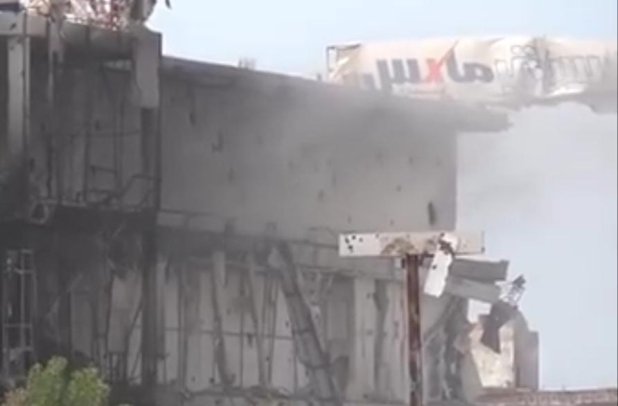 مليشيا الحوثي تقصف مركز سيتي ماكس التجاري في الحديدة وتدمره بالكامل