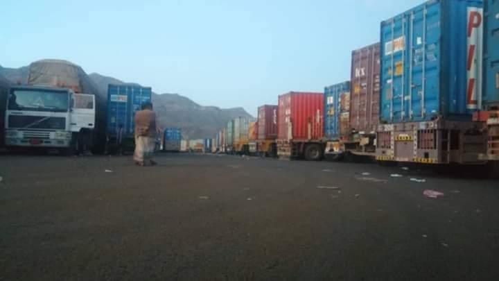 ميليشيا الحوثي تحتجز 28 شاحنة اغاثة بمحافظة اب
