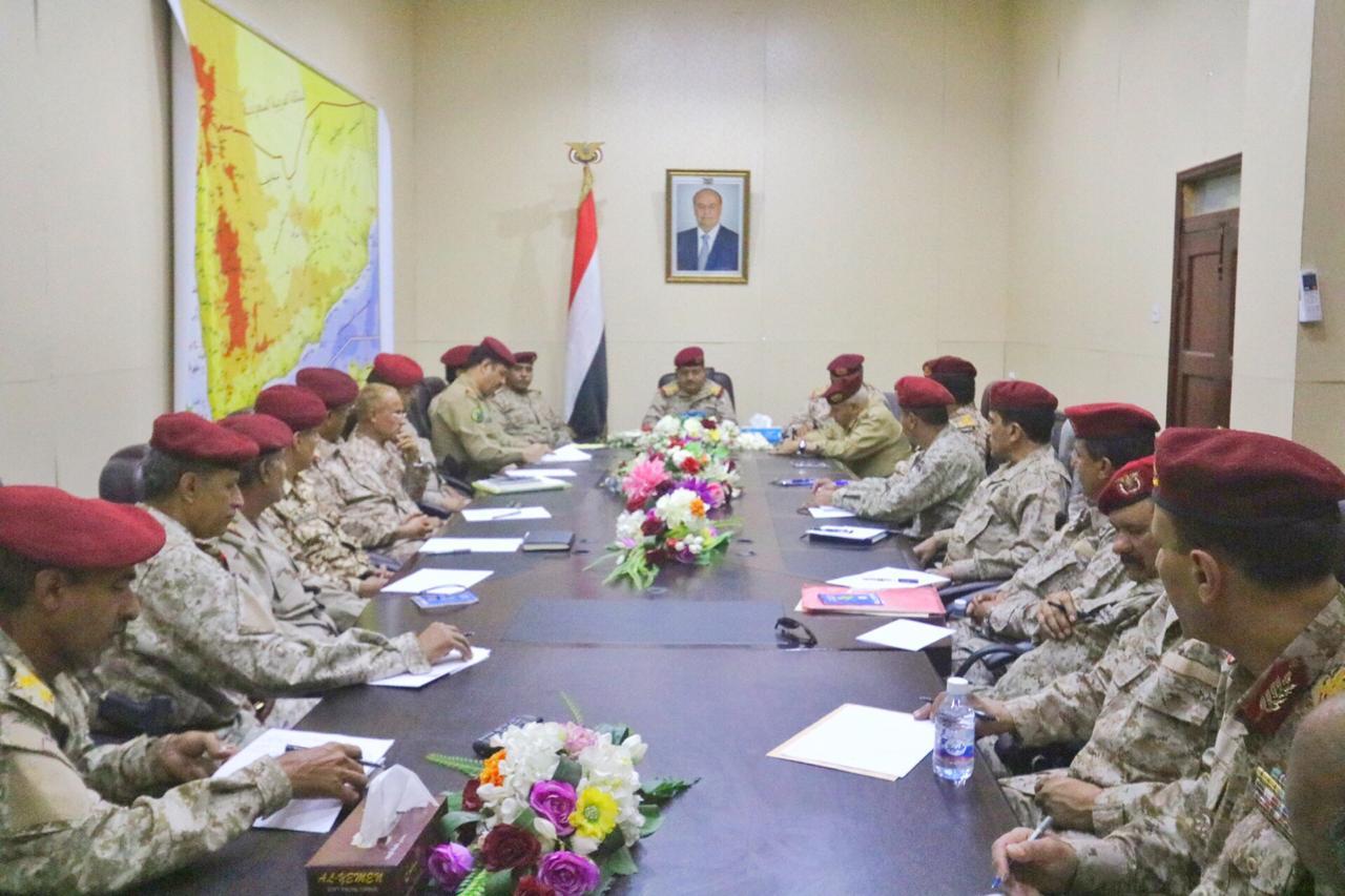 وزير الدفاع يترأس اجتماعاً موسعاً برؤساء الهيئات ومدراء الدوائر العسكرية