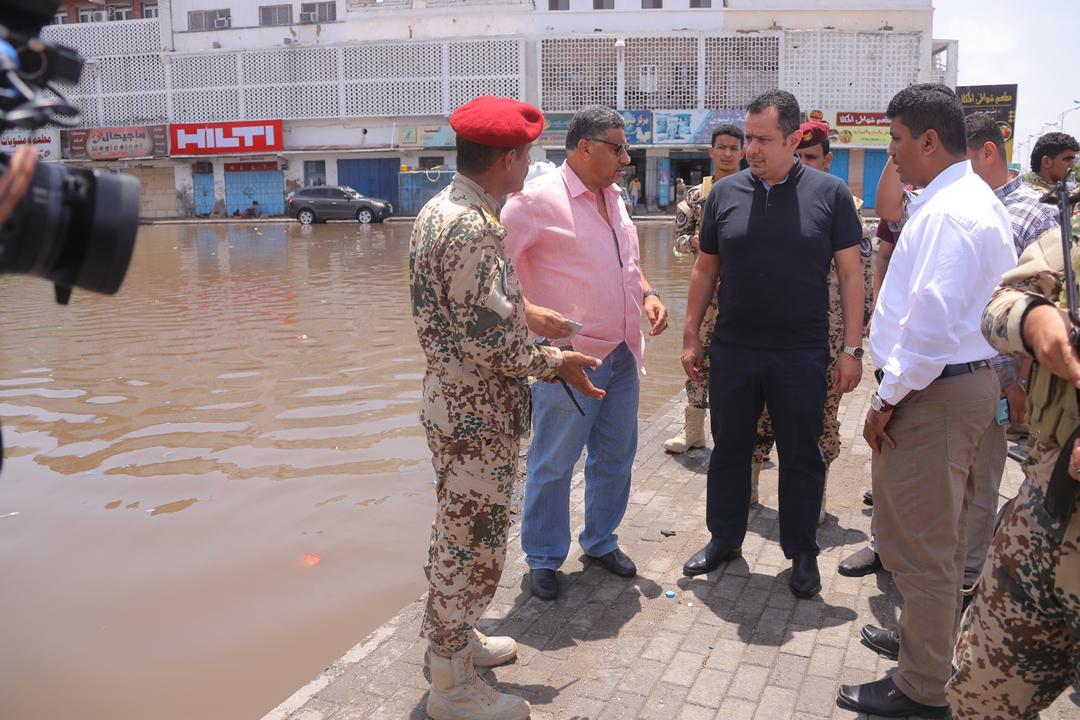 رئيس الوزراء يتفقد أضرار الأمطار بعدن ويوجه بتخصيص موازنة طارئة لمعالجتها
